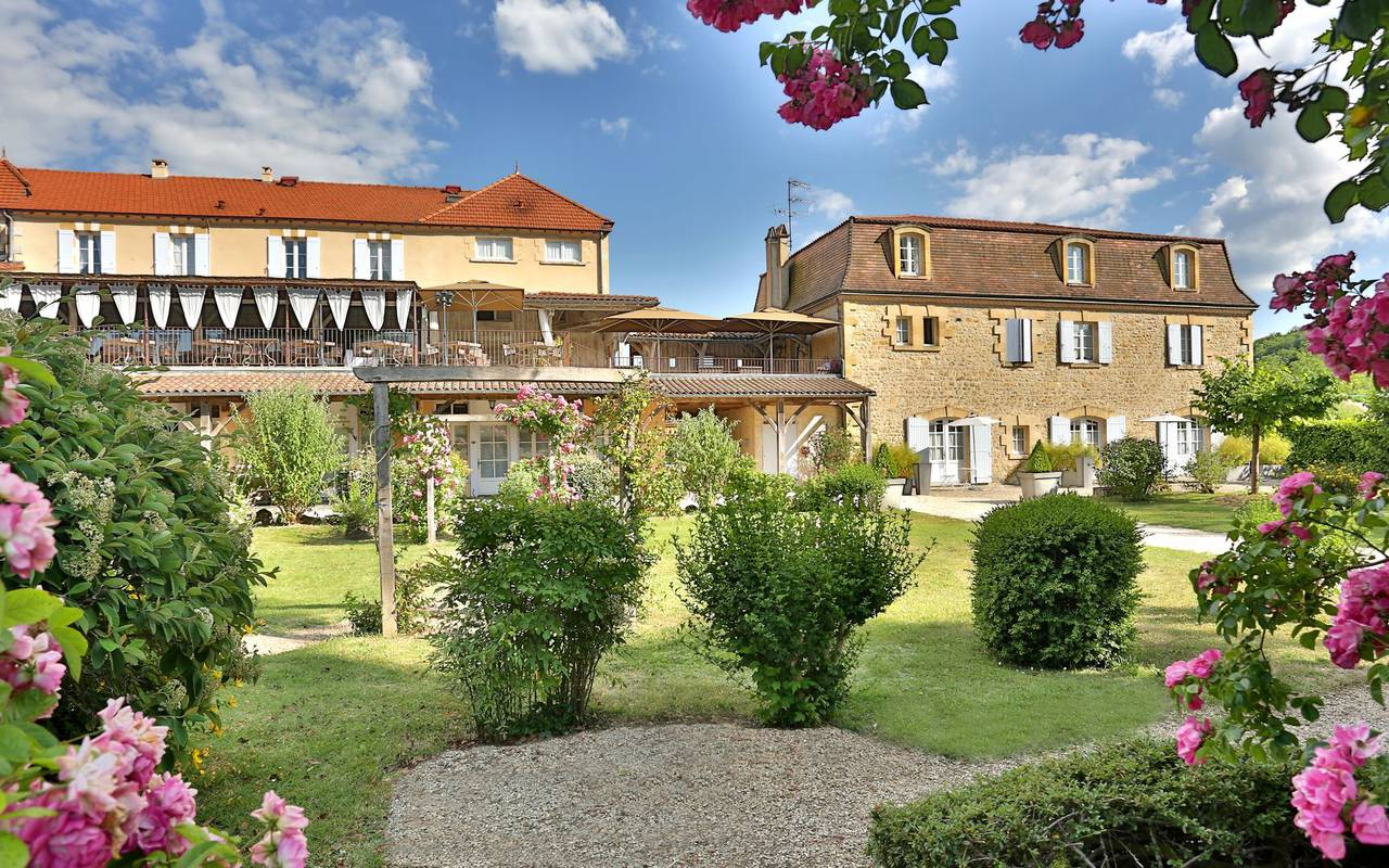 outside view with garden hotels perigueux france