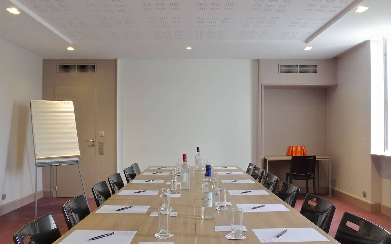table in meeting room team buiding bergerac