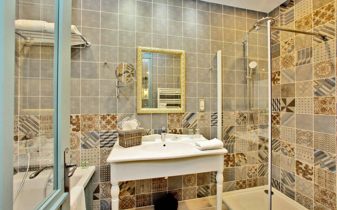 suite with modern bathroom Montignac accommodation