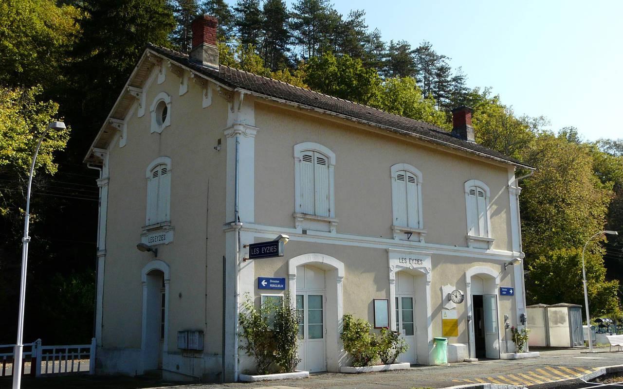 train station of eyzies holidays sarlat