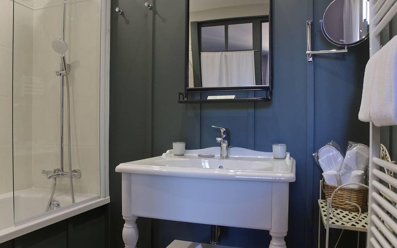 modern bathroom hotel montignac