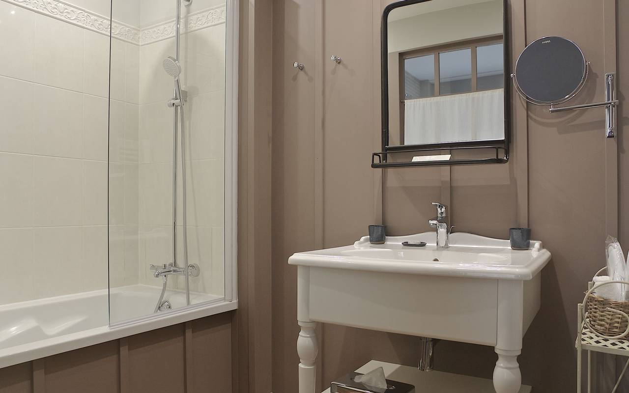 Lascaux cave hotel bathroom