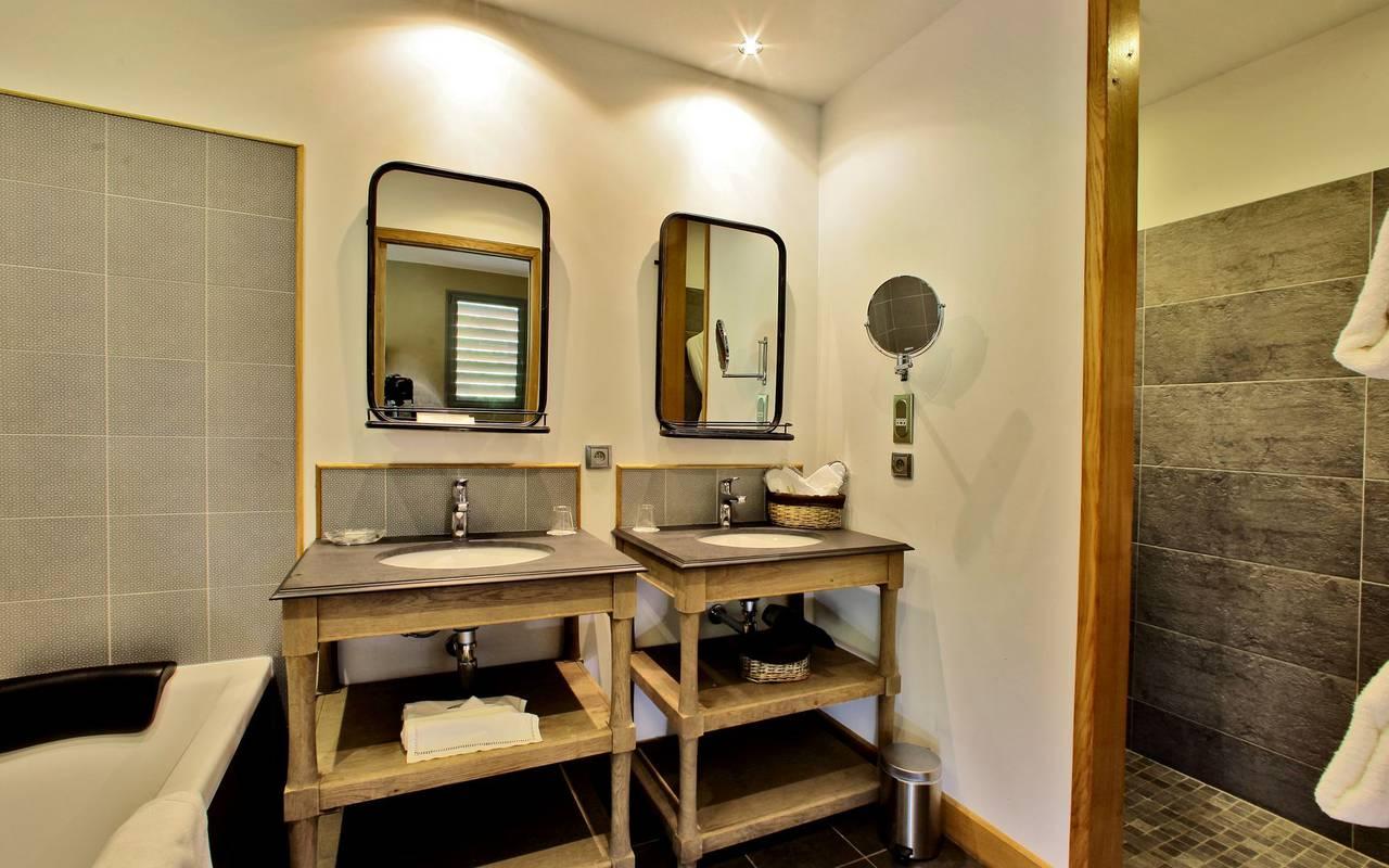 salle de bain lodge hotel les glycines les eyzies de tayac