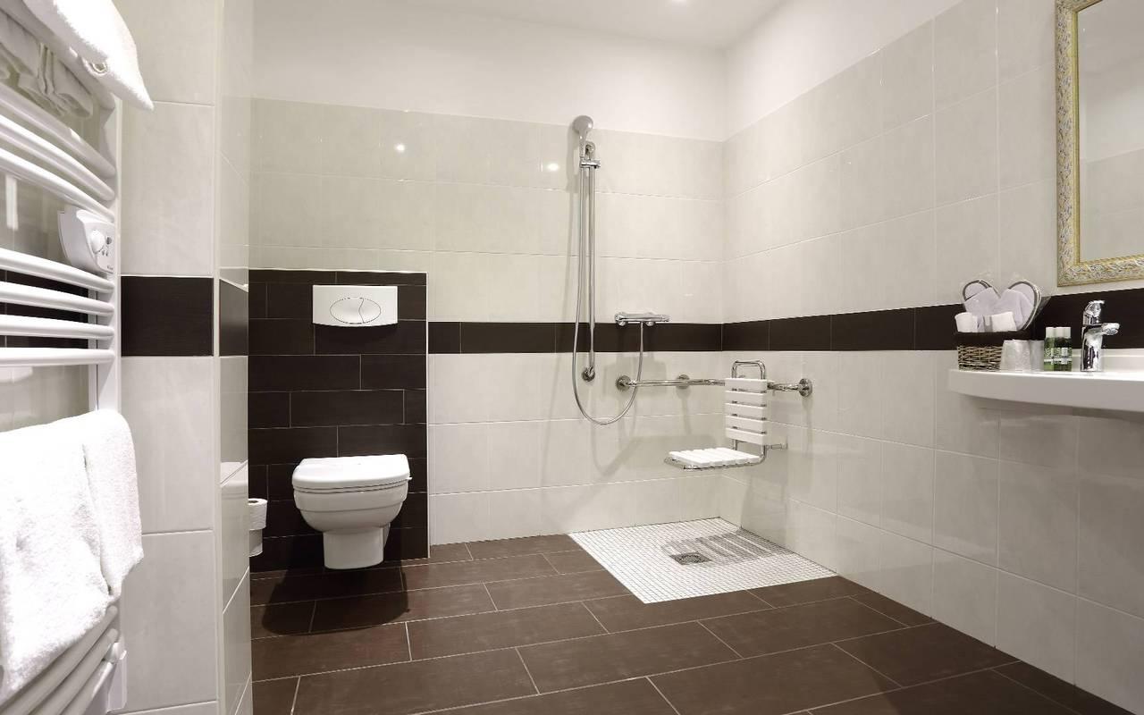 grande salle de bain pmr dans hotel en Dordogne