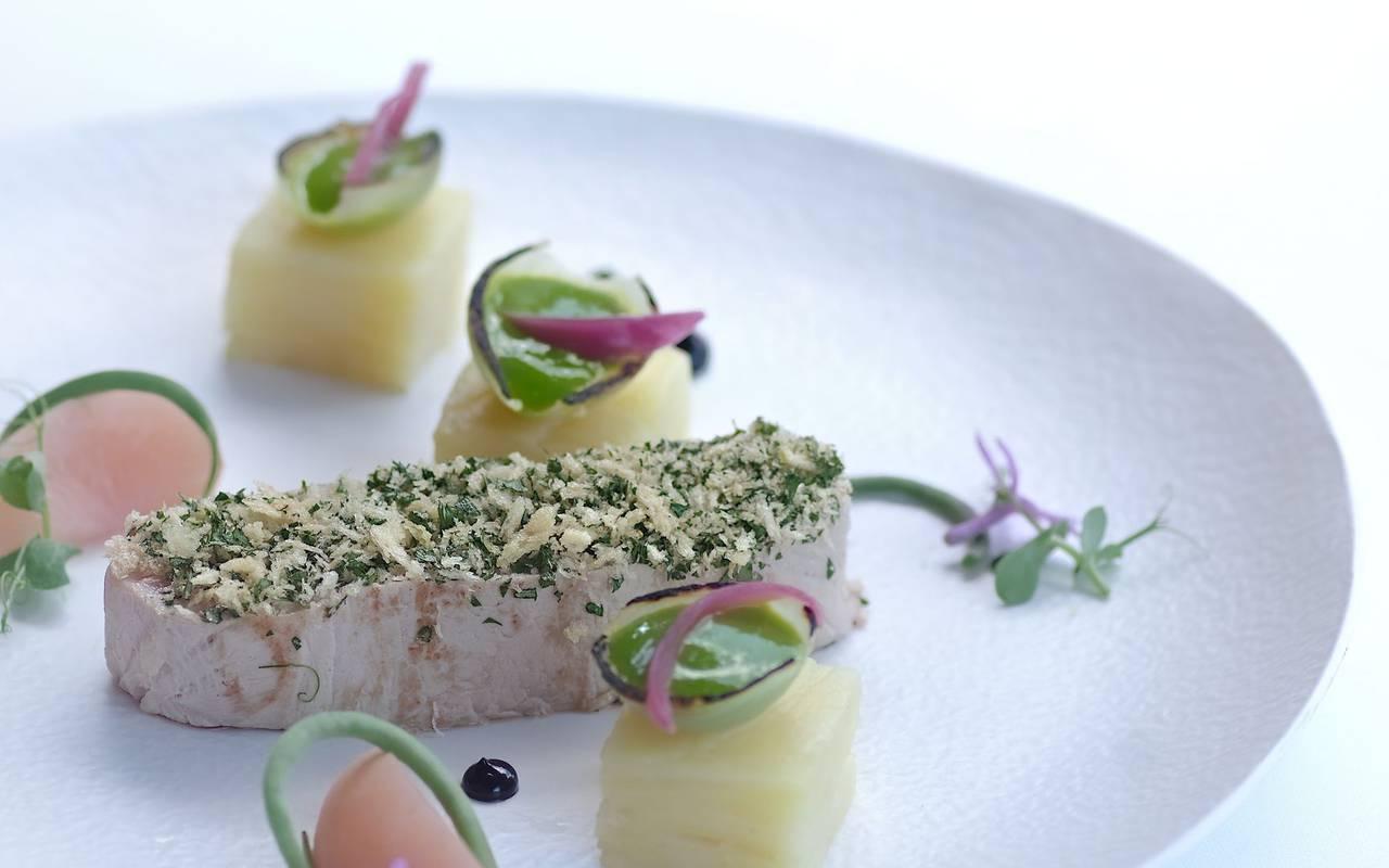 assiette élegante de poisson dans hotel restaurant perigueux