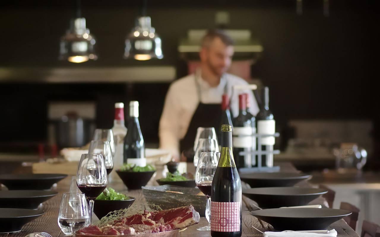 table avec bouteille de vin dans bistrot perigueux