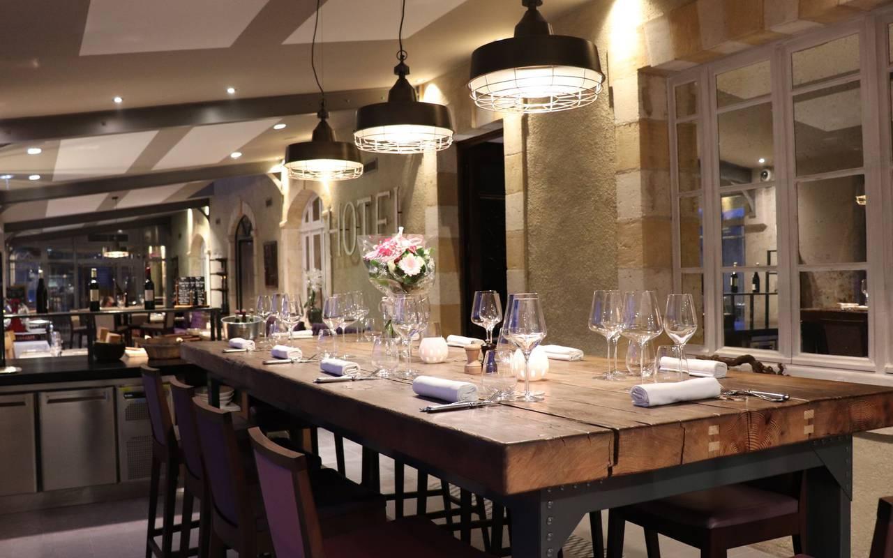 table dans la salle du restaurant gastronomique perigord noir