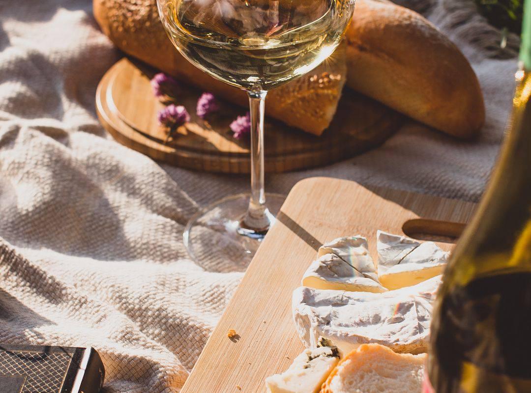 pique-nique avec plateau de fromage et bouteille de vin bistro montignac