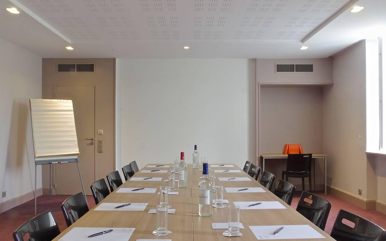 table dans salle de reunion seminaire bergerac