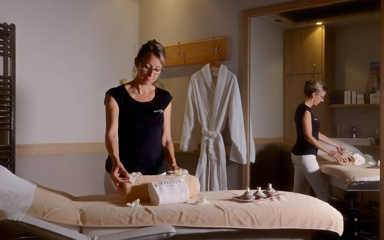 masseuse avec table de massage spa dordogne