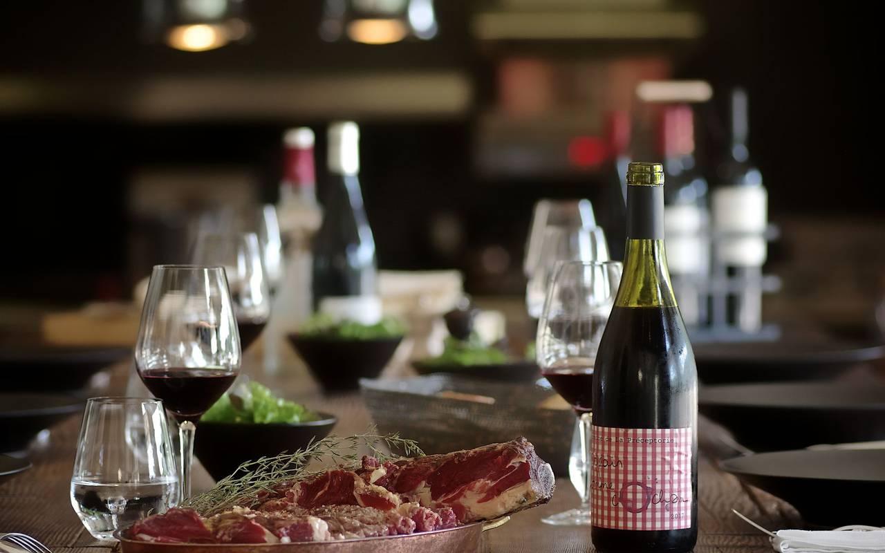 grande table avec bouteille de vin restaurant gastronomique montignac