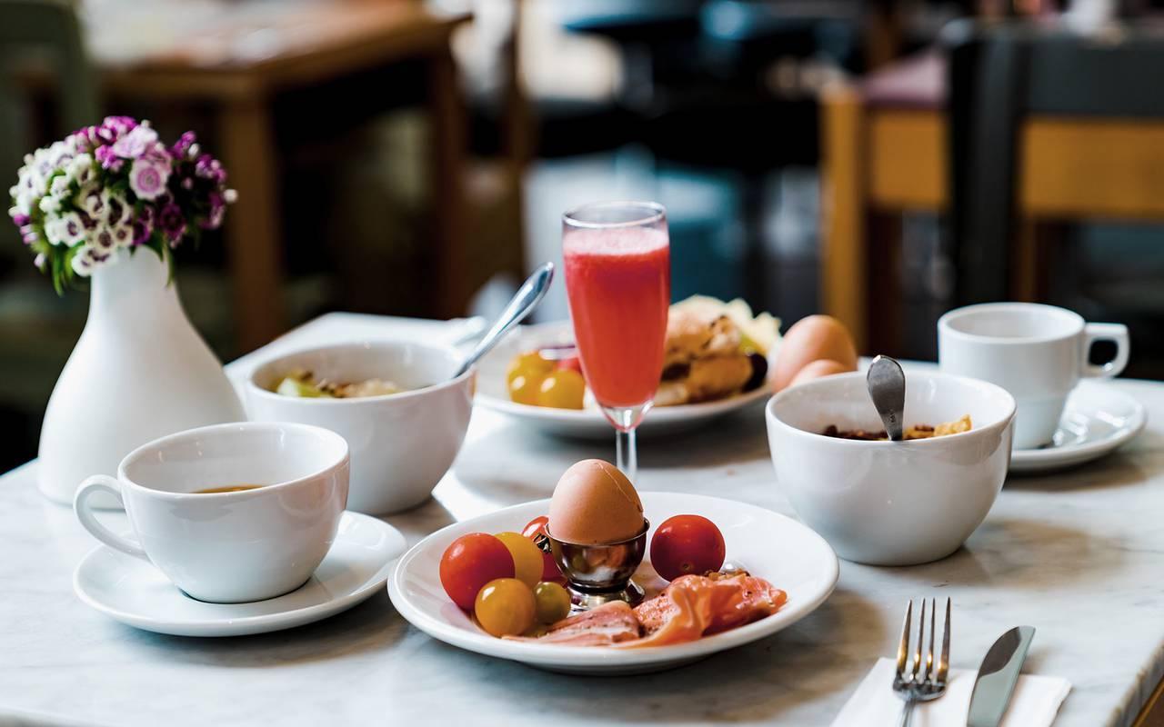 petit-dejeuner copieux dans restaurant tursac