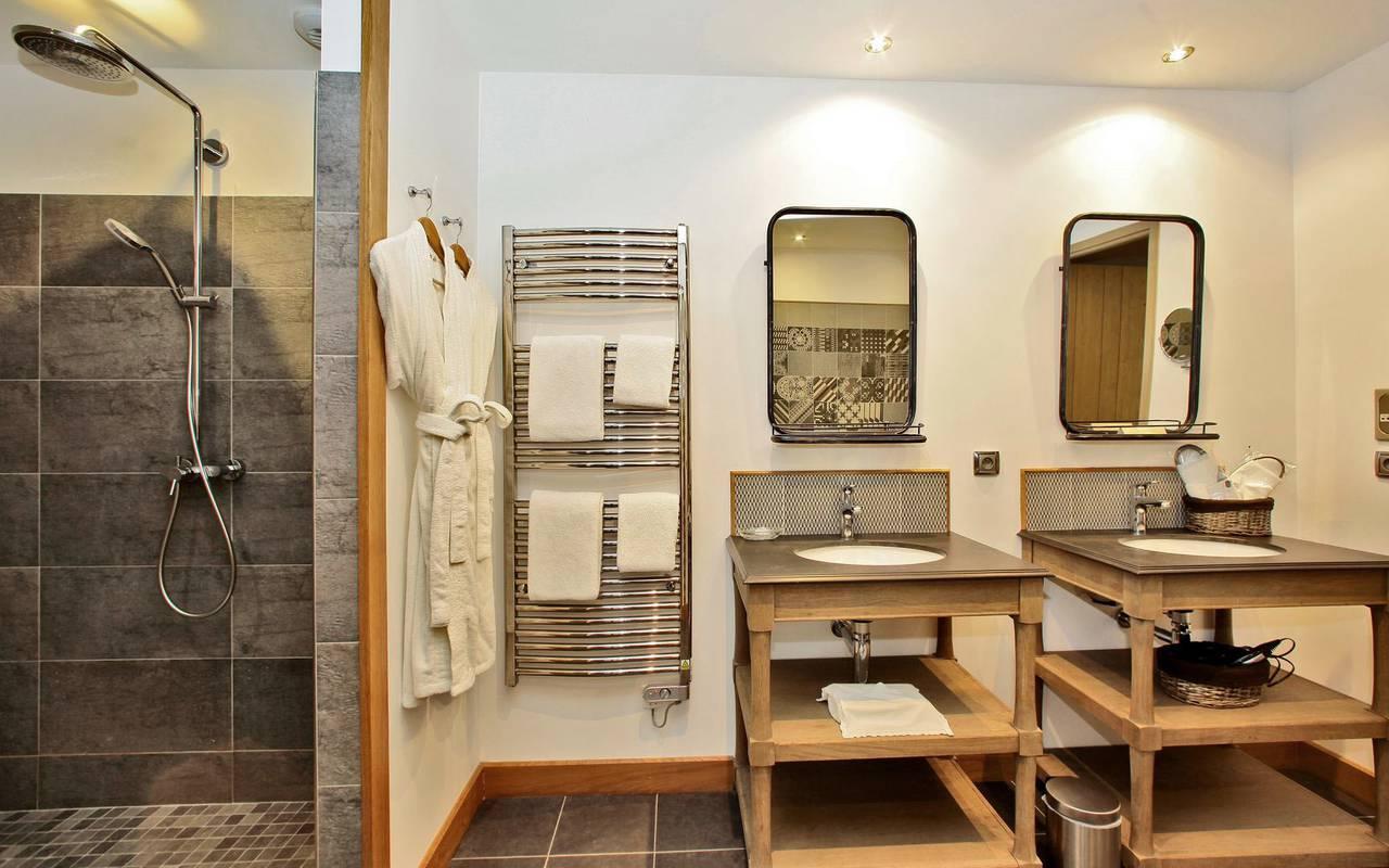 salle de bain moderne hotel restaurant montignac