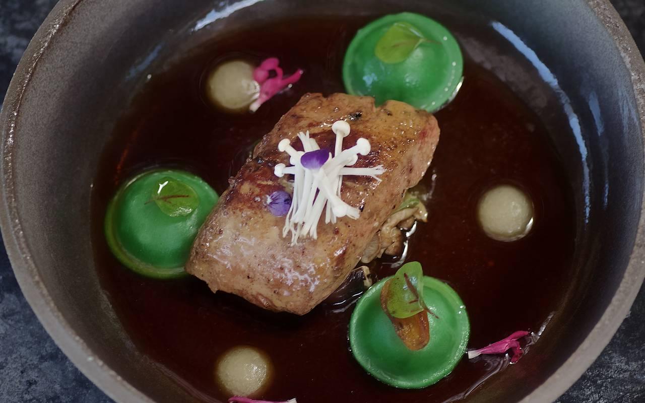 plat avec viande et sauce dans restaurant Périguex