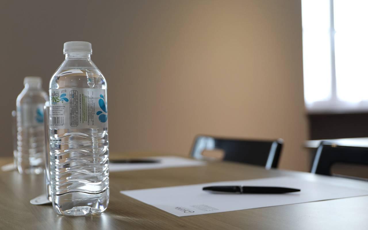 table avec bouteille d'eau team building sarlat
