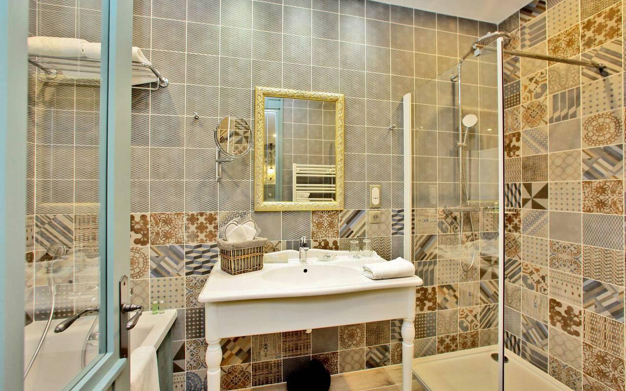 suite avec salle de bain moderne hebergement montignac