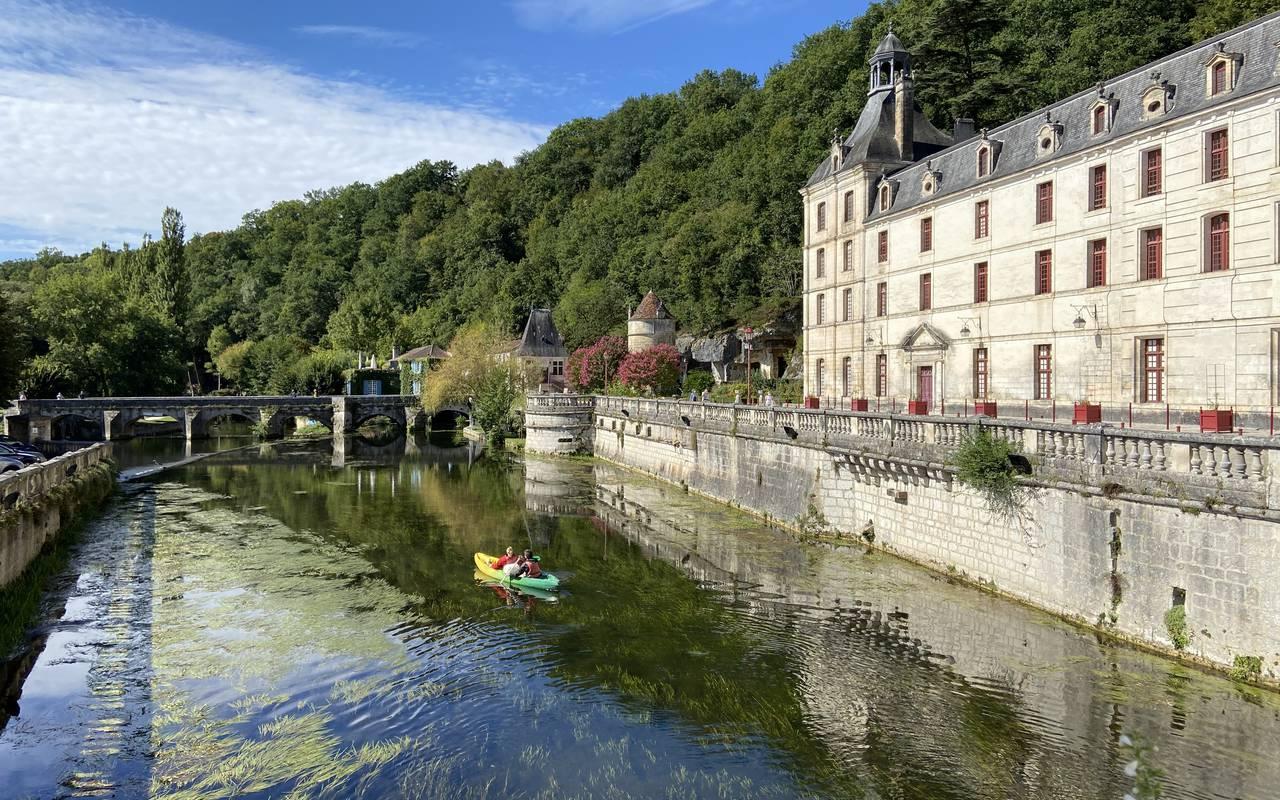 Personnes faisant du kayak sur la rivière, proche de notre restaurant en Dordogne.