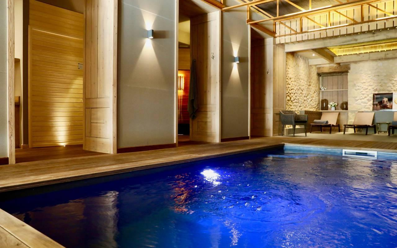 Piscine intérieure du spa de l'hôtel Les Glycines, week-end Sarlat