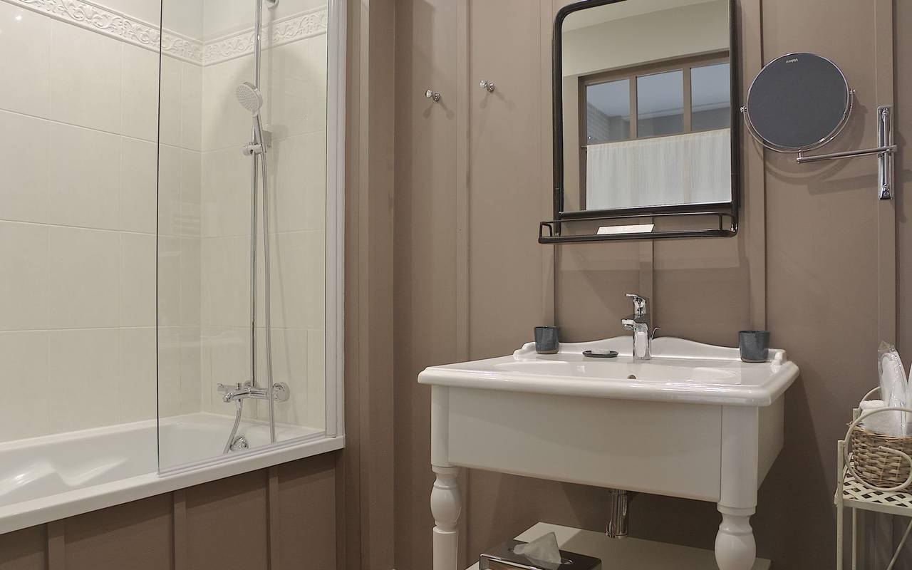 salle de bain hotel grotte de lascaux